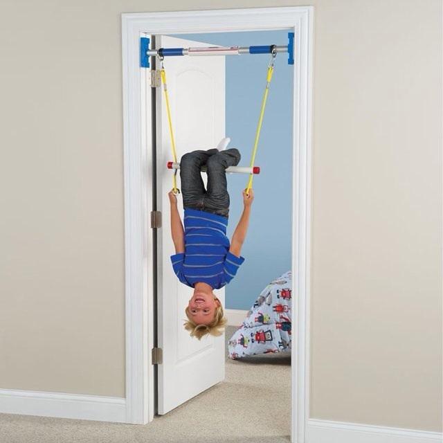 Если в комнате совсем нет места для шведской стенки, небольшой тренажер можно установить в дверном проеме