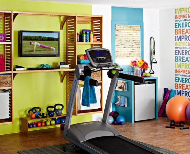 Небольшая спортивная комната с необходимым спортивным оборудованием
