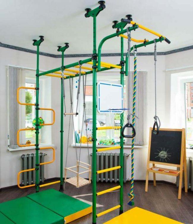 Спортивное снаряжение, расположенное в середине просторной детской комнаты