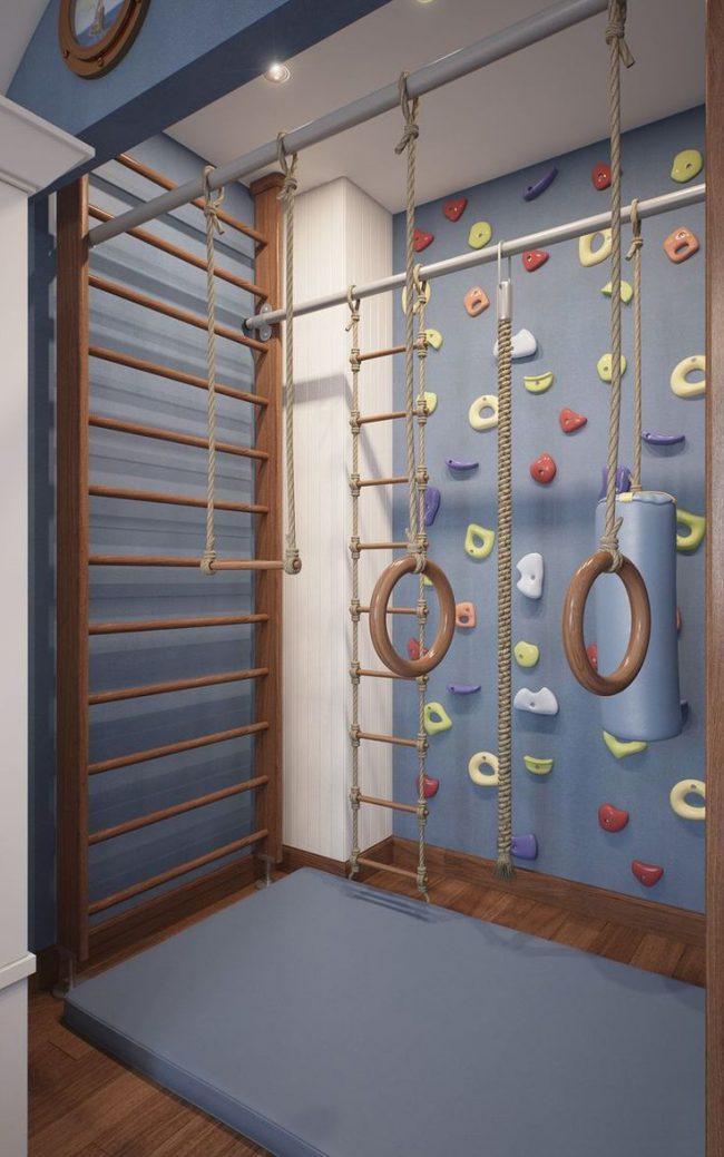 П-образное оборудование мини спортзала в узкой комнате