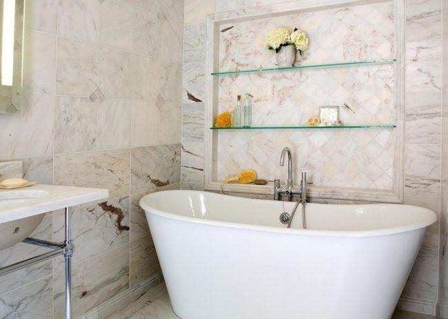 Узкие стеклянные полки можно разместить над ванной и без проблем пользоваться всеми туалетными принадлежностями