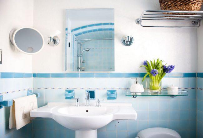 Стеклянная полка прямоугольной формы в ванной комнате