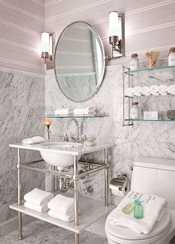 На стеклянных полках можно хранить полотенца, средства ухода за кожей и другие полезные вещицы, которые всегда должны быть под рукой
