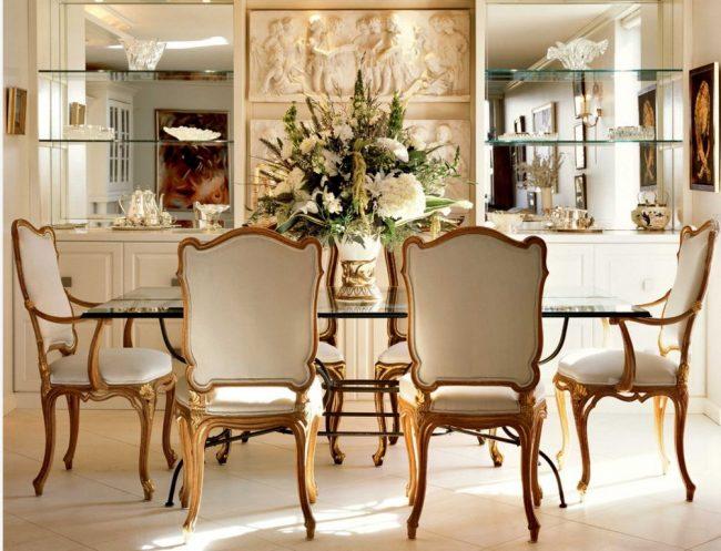 Стеклянные полки на стене с зеркальным покрытием - роскошное украшение обеденной зоны