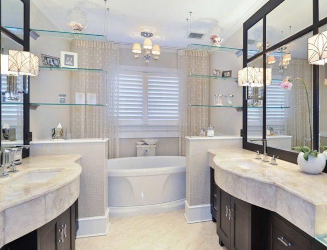 Подвесные стеклянные полки в ванной можно использовать для зонирования комнаты