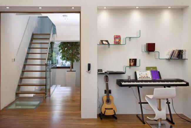 Двухуровневые стеклянные полки в виде ступенек станут отличным дополнением для гостиной в загородном доме