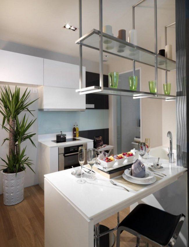 Навесные стеклянные полки на кухне в индустриальном стиле
