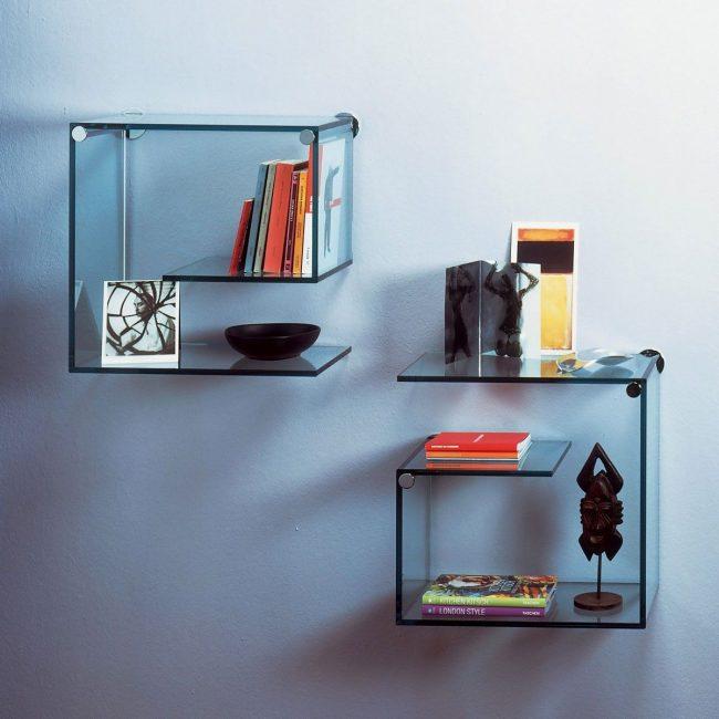 Стеклянные полки выгнутой формы подойдут для хранения книг и впишуться в интерьер домашнего кабинета