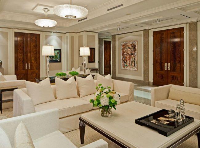 Двери гостиной из палисандра «Сантос» имеют идеально гладкую поверхность, красный оттенок и огромный характерный рисунок