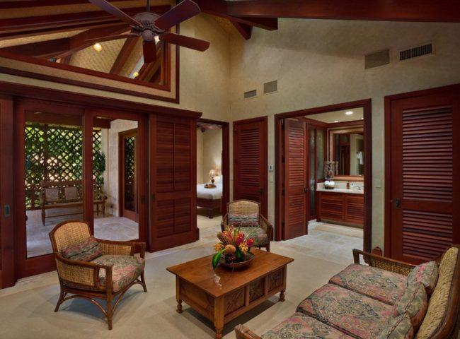 Фактурные решетчатые двери из красного дерева в интерьере загородного дома