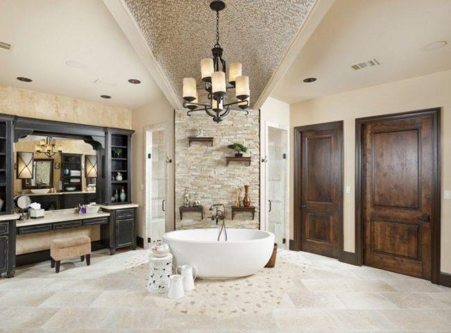 Темные деревянные двери в светлой ванной комнате
