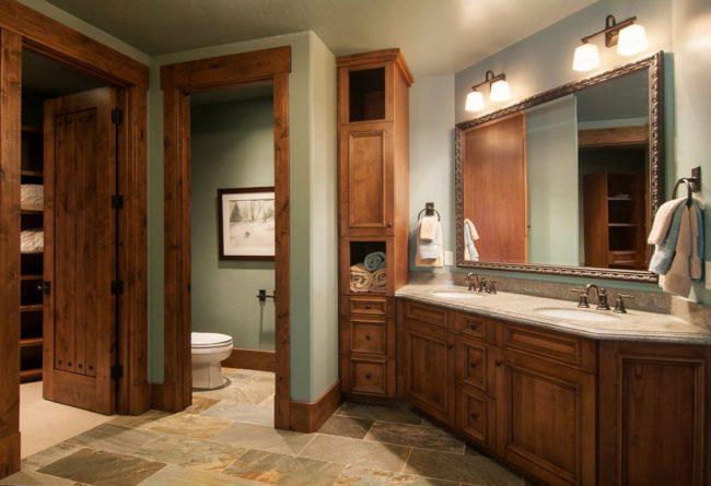 Деревенский стиль загородного дома: шпон из коричневого махагона в отделке дверей и мебели ванной