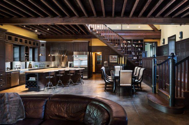 Выполнение потолка в тон с мебелью и декором комнаты: использование древесины, создающей особый шик в загородном доме