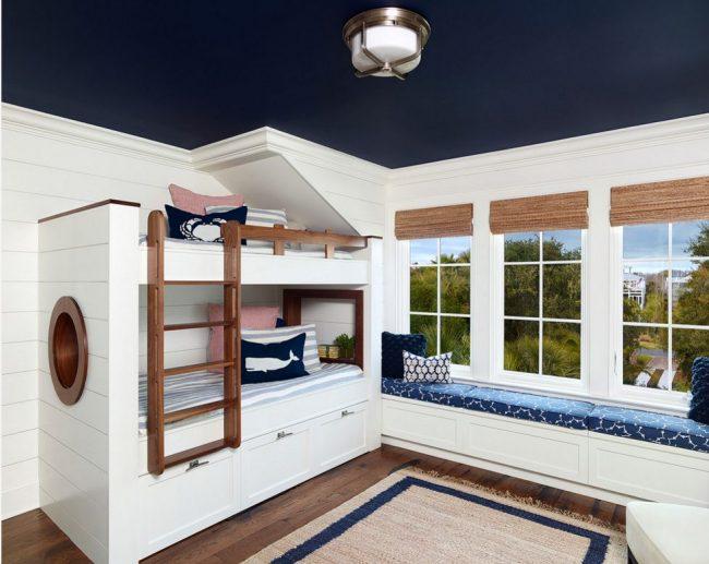 Визуальное разделение темного потолка и светлых стен с помощью белой рамки в детской комнате