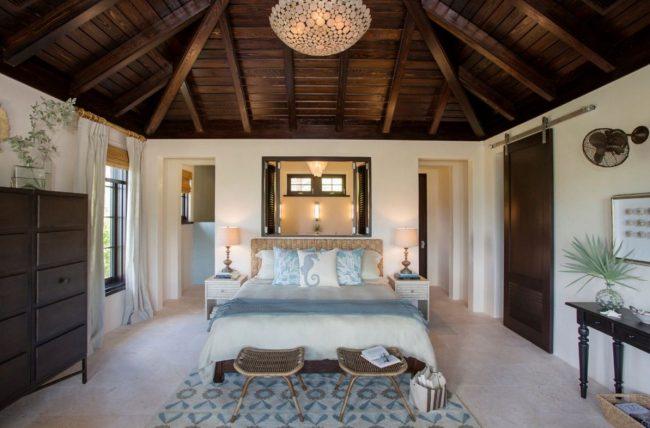 Коричневый потолок в спальне