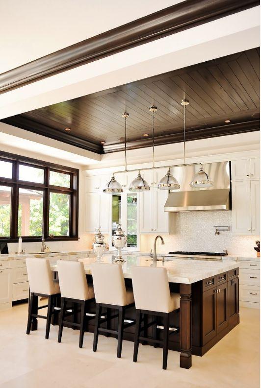 Комбинация деревянного потолка и белых вставок на кухне