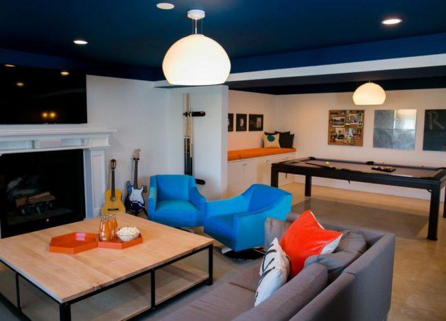 Темный потолок в интерьере: насыщенный синий потолок гармонично сочетается с мебелью в тон и контрастирует с белыми стенами