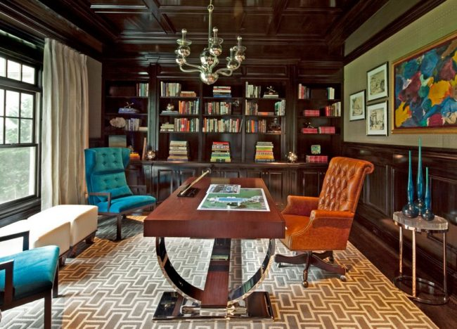 Деревянный потолок темного цвета гармонично вписывается в домашний кабинет