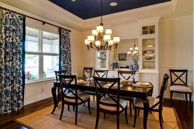 Грамотное сочетание темно-синего в интерьере: потолок, шторы и декоративная посуда