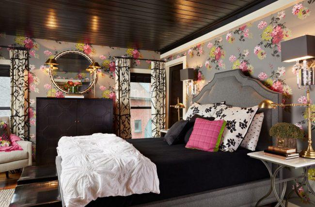 Темный лакированный потолок отражает свет и делает комнату визуально выше
