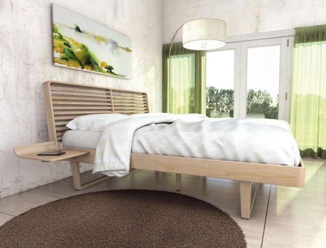 Кровать из массива ясеня в спальне цвета кофе с молоком