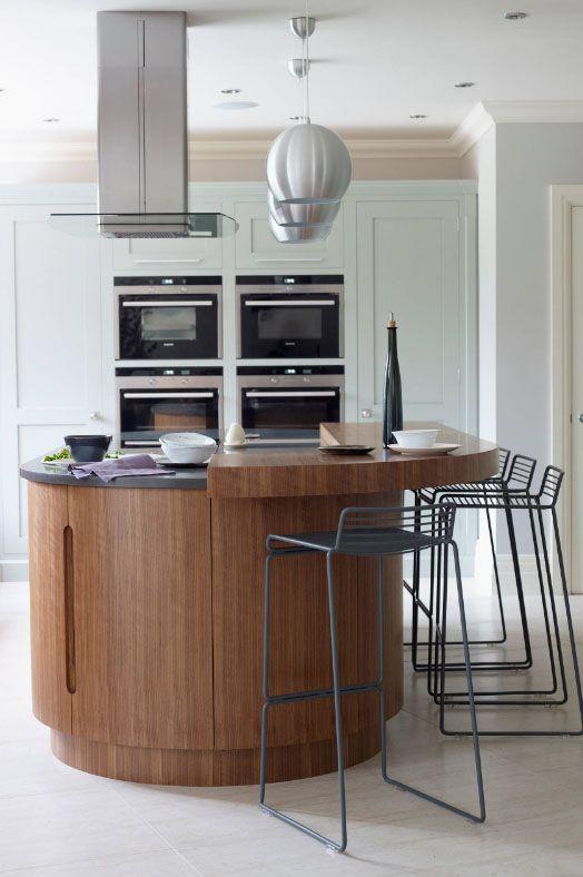 Кухонный островок из ясеня шимо темного цвета