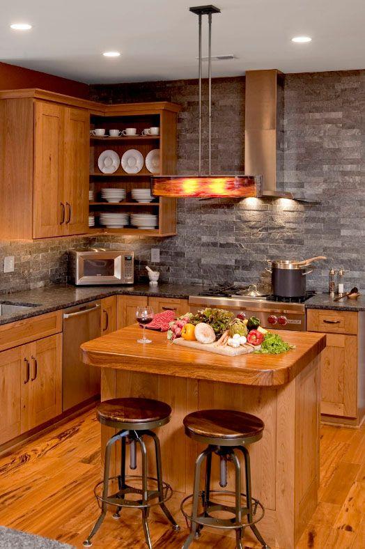 Мебель из массива ясеня хорошо сочетается с декоративным кирпичом и подходит для создания уютного пространства на маленькой кухне
