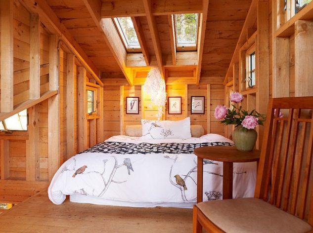 Отделка стен деревом в спальне в мансарде