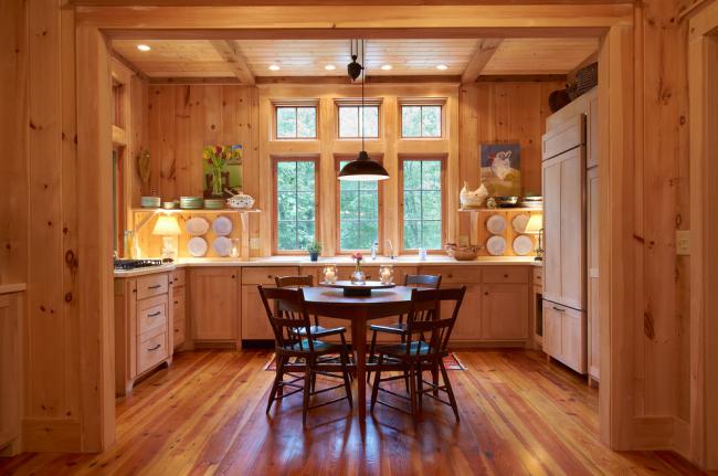 Дерево <i>модные стены из дерева</i> не требует особого ухода, не сохраняет запахи, имеет теплый цвет и активно используется в отделке кухни