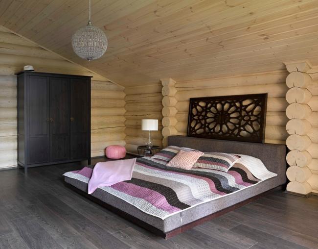 Сосна имеет приятный светлый оттенок и являются самым популярным материалом для отделки стен