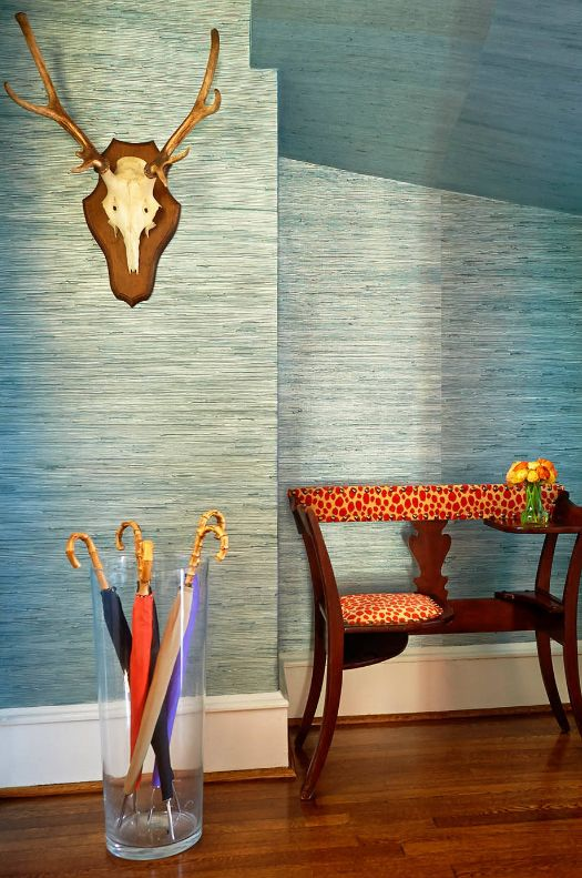 Прозрачная ваза с разноцветными зонтами может стать украшением прихожей