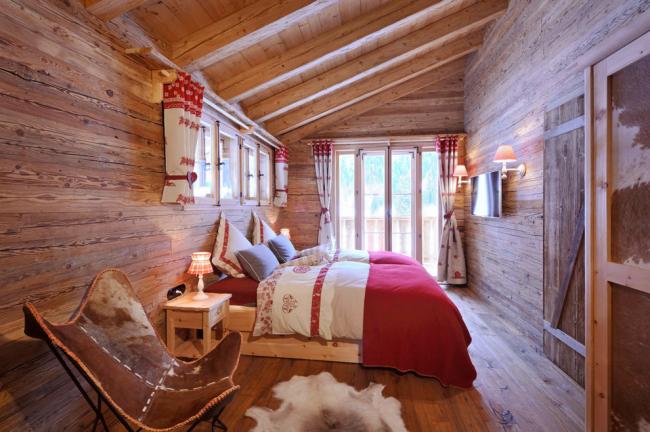 Характерный приятный аромат дерева будет долгое время витать в вашей спальне