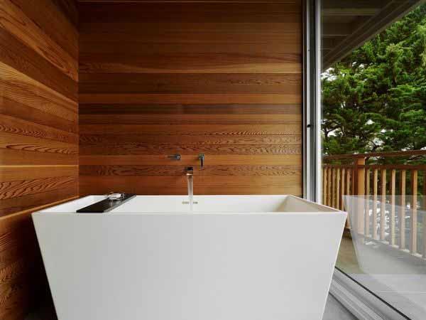 Дерево шоколадных оттенков в интерьере ванной комнаты