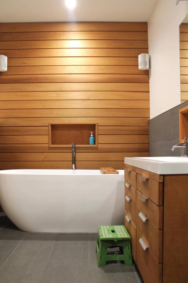 Надежность дерева подтверждает и тот факт, что его используют для отделки стен в помещениях с повышенной влажностью - в ванных комнатах