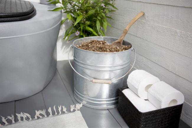 Принцип работы биотуалета основан на переработке человеческих отходов специальными бактериями и микроорганизмами