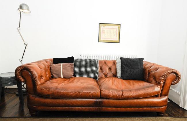 Кожаный коричневый диван Честерфилд в современном интерьере