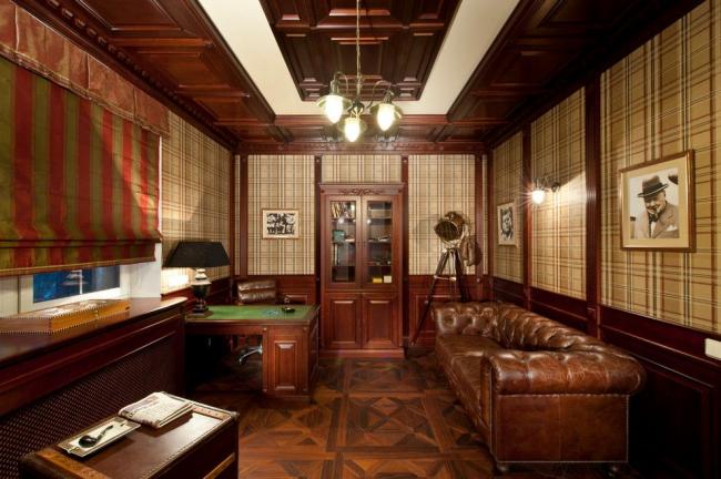 Кабинет в английском стиле с классическим кожаным диваном