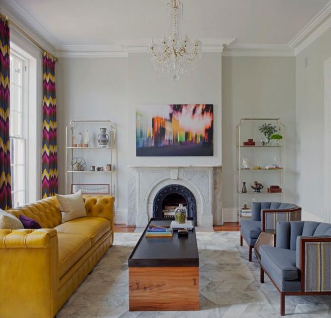 Ярко-желтый диван Честерфиьлд в гостиной стиля фьюжн