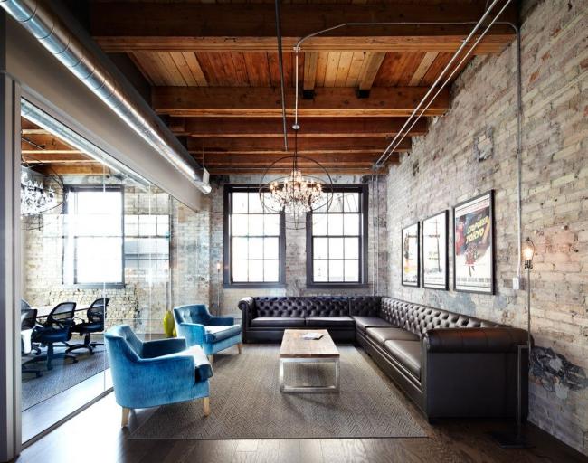 Большой угловой диван Честерфилд в интерьере стиля лофт