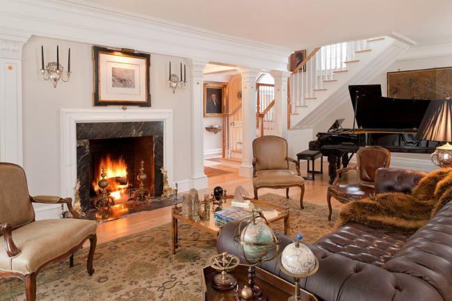 Роскошная классическая гостиная с камином и диваном Честерфилд