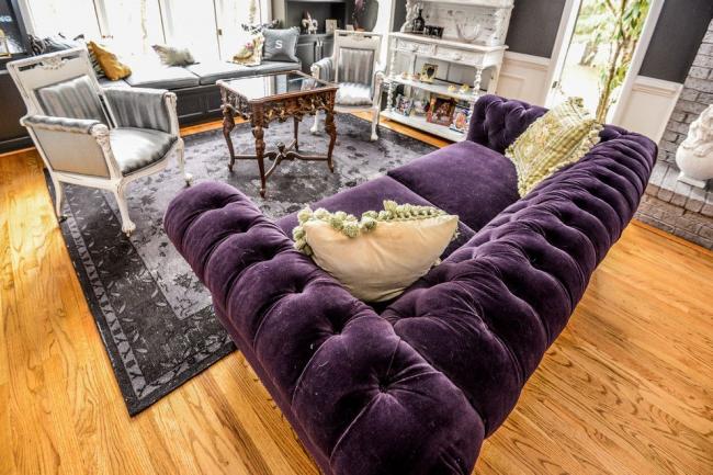 Стиль фьюжн в оформлении гостиной с роскошным диваном Честерфилд фиолетового цвета