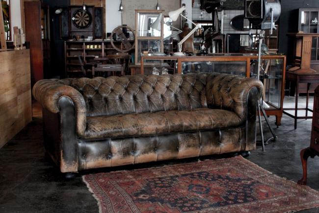 Исскуственно состаренный кожаный диван Честерфилд