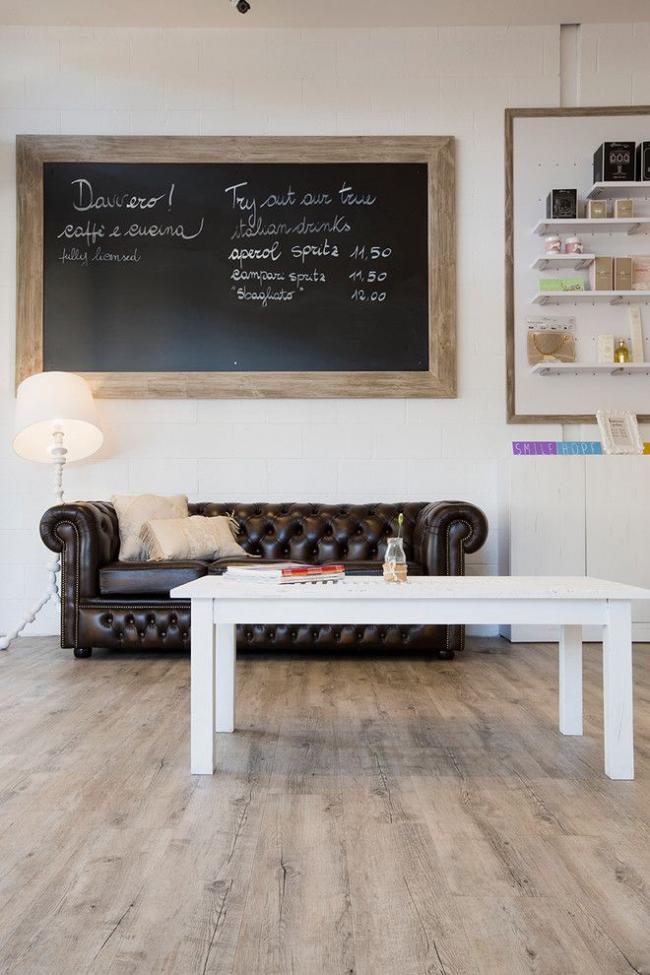 Темно-коричневый кожаный диван Честерфилд хорошо смотрится и в офисном помещении