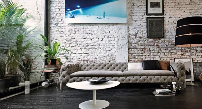 Стильный современный интерьер с большим серым диваном Честерфилд