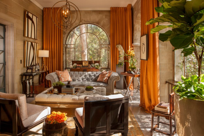 Уютная гостиная с классическим диваном Честерфильд