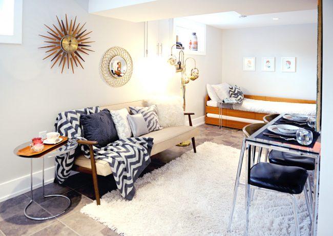 Красивая гостиная со спальной зоной в стиле эклектика
