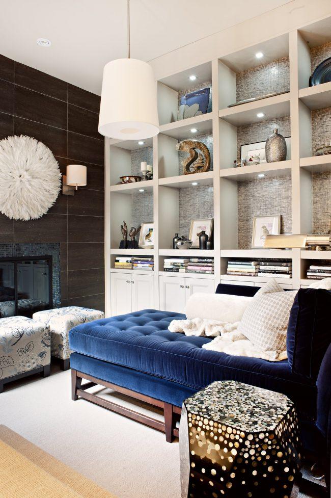 Арт-деко в интерьере уютной спальни-гостиной площадью 18 кв.м.