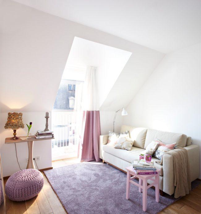 Пастельный розовый в интерьере небольшой комнаты смотрится очень красиво