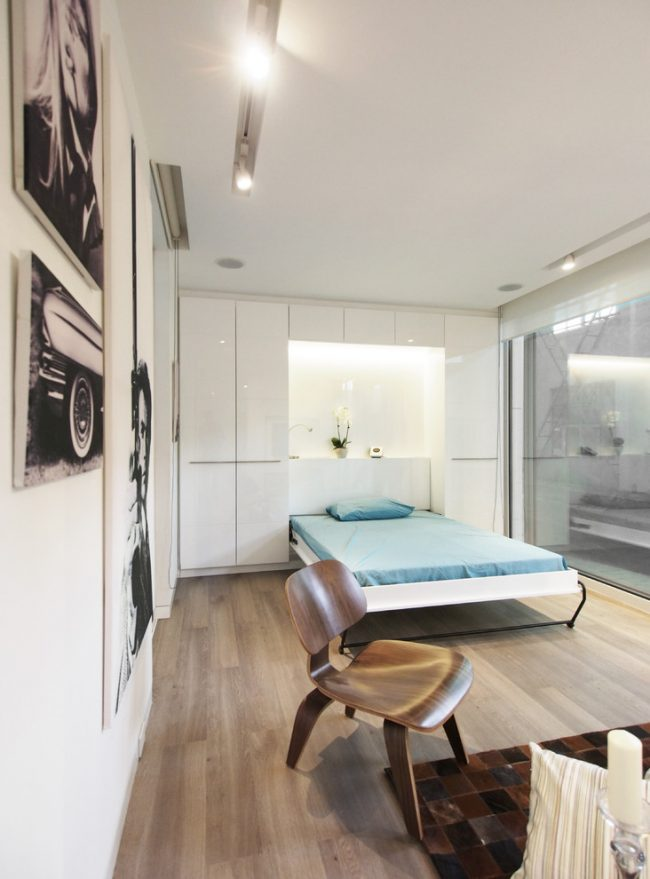 Откидная кровать - прекрасное решение для небольшой спальни-гостиной