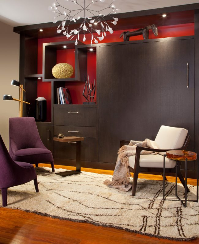 Кровать-трансформер, спрятанная в шкафу, быстро превратит вашу спальню в комнату для приема гостей